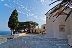 Kyrkliga byggnader, gömma i handflatan och cypressträd inom den Preveli kloster, ön av Kreta Royaltyfri Foto