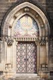 Kyrkliga dörrar i Prague Royaltyfri Bild