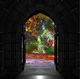 kyrkliga dörrar som öppnar ut på härlig färgrik skog Royaltyfria Foton
