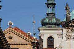 Kyrkliga fasader i det Mala Strana området, Prague Arkivfoton