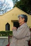 kyrkliga främre gammala ber kvinnan Royaltyfri Fotografi