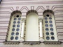kyrkliga gammala fönster Arkivbild