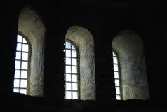 kyrkliga gammala fönster Arkivbilder