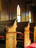 kyrkliga gammala pews Royaltyfri Foto