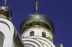 Kyrkliga guld- kupoler Royaltyfri Fotografi