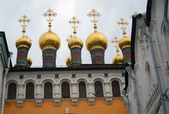 Kyrkliga guld- kupoler i Moscow Kremlin. Royaltyfria Bilder