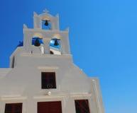 Kyrkliga Klocka i Fira Grekland som förbiser havet Arkivbild