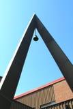 Kyrkliga Klocka som är hög uppe på den kyrkliga kyrktorn Arkivfoto