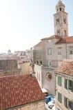 Kyrkliga Klocka torn och byggnader i Dubrovnik Royaltyfri Fotografi