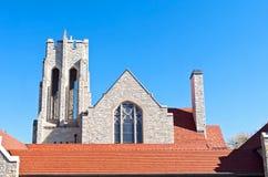 Kyrkliga Klocka torn och tak för röd tegelplatta Arkivbild