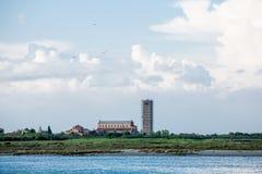 Kyrkliga Klocka torn som slås in i material till byggnadsställning Fotografering för Bildbyråer