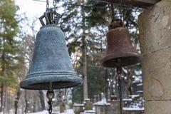 Kyrkliga klockor framme av kyrkan georgia Royaltyfria Foton