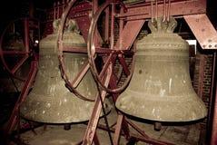 Kyrkliga klockor i belltoweren av en kyrka Royaltyfri Bild