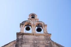 Kyrkliga klockor i den Walled staden av Dubrovnic i Kroatien Europa Dubrovnik ge någon ett smeknamn `-pärlan av Adriatiska havet Arkivfoton