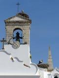 Kyrkliga klockor och storks reden, Faro, Portugal Arkivfoton