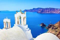 Kyrkliga klockor på en grekisk ortodox kyrka, Oia, Santorini, Grekland, Arkivbilder