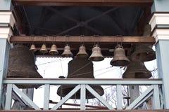 Kyrkliga klockor ringer ut Royaltyfri Foto