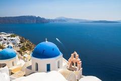 Kyrkliga kupoler i Oia Santorini Royaltyfri Bild