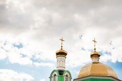 Kyrkliga kupoler på himmelbakgrunden Arkivfoto