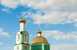 Kyrkliga kupoler på himmelbakgrunden Royaltyfria Foton