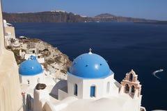 Kyrkliga kupoler på Santorini Royaltyfria Foton