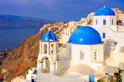 Kyrkliga kupoler på Santorini, Grekland Royaltyfria Bilder