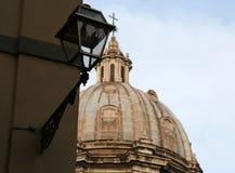 kyrkliga kupolformiga rome Arkivfoto