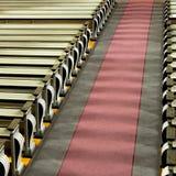 Kyrkliga kyrkbänkar och gång i solsken Arkivbild