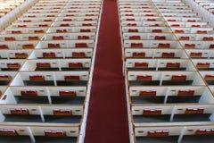 Kyrkliga kyrkbänkar - sikt från körvind Royaltyfri Fotografi