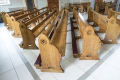 Kyrkliga kyrkbänkar som väntar på dyrkare för att be Royaltyfria Foton