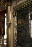 Kyrkliga lampor och symboler i templet Arkivfoto