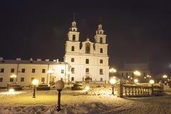 kyrkliga minsk Domkyrka för helig ande i mitt av Vitryssland huvudstad Berömd yttersida av byggnad av kyrkan minsk natt royaltyfri fotografi