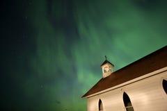 Kyrkliga och nordliga lampor för land Royaltyfri Bild
