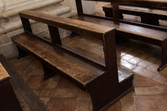 kyrkliga pews som gott används Arkivfoton
