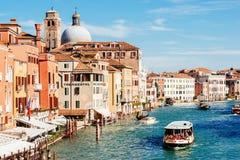 Kyrkliga San Geremia och ACTV-vaporetto på Grand Canal Royaltyfri Fotografi