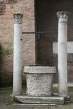 Kyrkliga San Giovanni en porta latina - gammal brunn Royaltyfri Bild