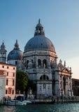 Kyrkliga Santa Maria della Salute på Grand Canal i Venedig Royaltyfri Fotografi