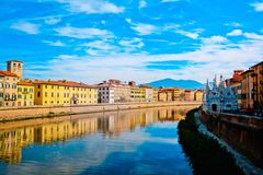 Kyrkliga Santa Maria della Spina på den Arno flodinvallningen i Pisa med färgrika gamla hus, Italien, Europa arkivfoton