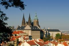 Kyrkliga spires och röda rooftops Fotografering för Bildbyråer