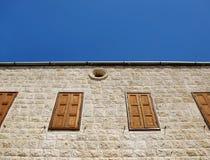 kyrkliga stängda libanesiska fönster Royaltyfri Bild