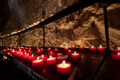 Kyrkliga stearinljus för Red i Rocamadour Arkivbilder