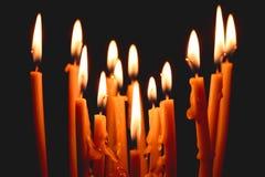 kyrkliga stearinljus som gl?der i m?rkret, skapar en andlig atmosf?r royaltyfria bilder