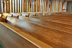 kyrkliga tomma pews Royaltyfri Bild