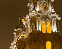 Kyrkliga torn i Miraflores, Lima på skymning Royaltyfri Bild