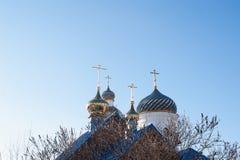Kyrkliga torn med klockor och det ortodoxa korset Royaltyfri Foto
