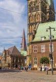 Kyrkliga torn och stadshus på de cobblestoned gatorna av Breme Arkivfoto