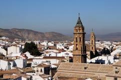 Kyrkliga torn och townrooftops, Antequera, Spanien. Arkivfoton