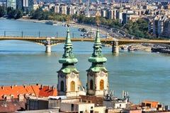 Kyrkliga tornspiror i Budapest Arkivbild