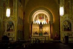 Kyrkligt altare, kristen religion, dyrkangud arkivbilder