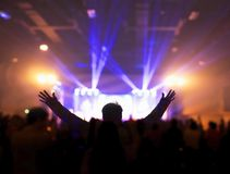 Kyrkligt dyrkanbegrepp: Kristen som lyfter deras händer i beröm och dyrkan på en nattmusikkonsert fotografering för bildbyråer